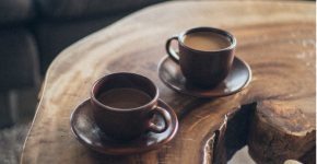 coffees-on-wood-table